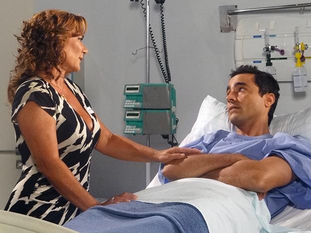 Vicente não quer Claudia ao seu lado (Foto: Aquele Beijo/TV Globo)