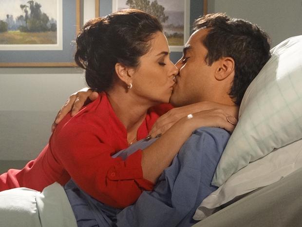 Claudia dá beijo de boa sorte antes da cirurgia (Foto: Aquele Beijo/TV Globo)