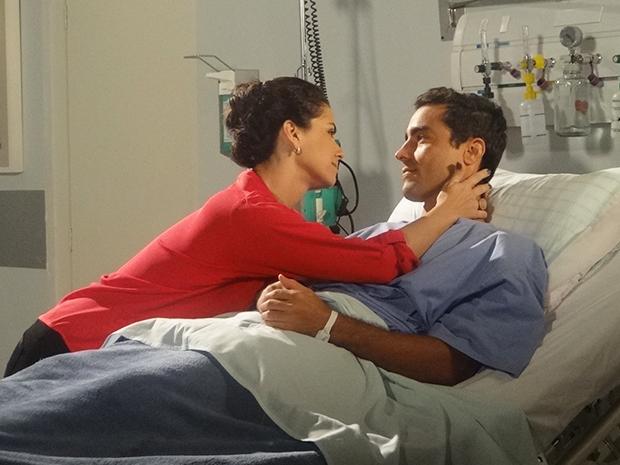 Claudia promete que vai estar presente quando Vicente abrir os olhos (Foto: Aquele Beijo/TV Globo)