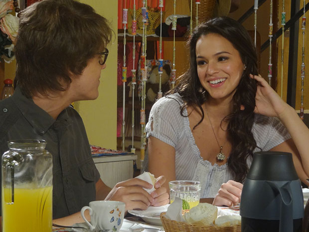 Orlandinho diz que Belezinha não perde nem para Graciosa, sua namorada (Foto: Aquele Beijo/TV Globo)
