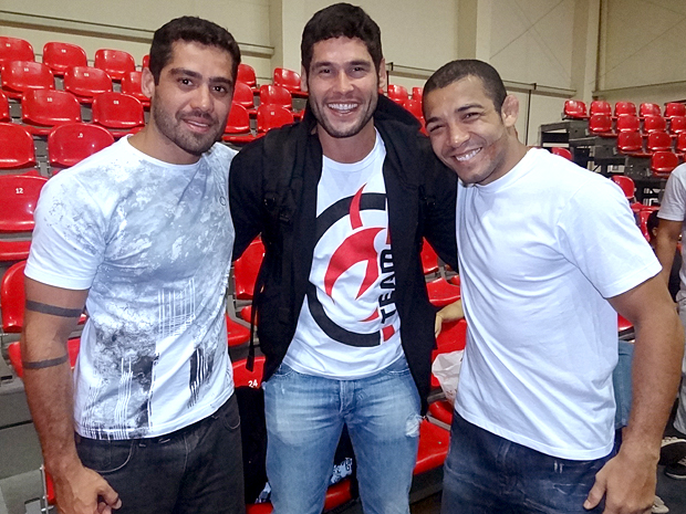 Yuri, Dudu Azevedo (Wallace Mu) e José Aldo nos bastidores (Foto: Fina Estampa / TV Globo)