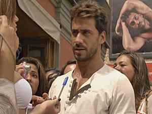 Fãs de Enzo cercam o mais novo modelo (Foto: Fina Estampa/ TV Globo)