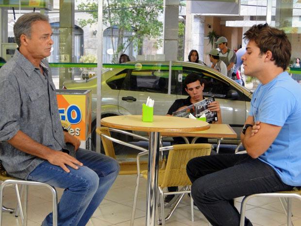 Betão e Nelson conversam sobre Carmen (Foto: Malhação / TV Globo)