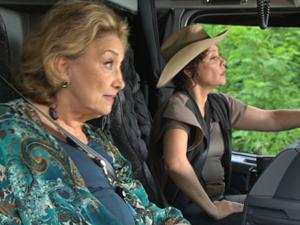 Íris e Alice resolvem pegar estrada, de caminhão, e ir para Greenville (Fina Estampa/ TV Globo)