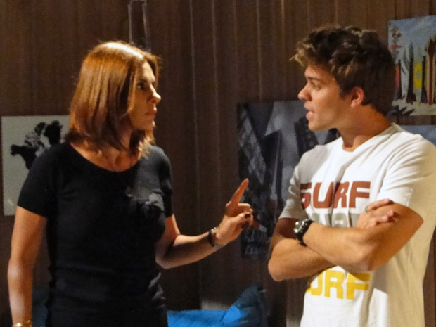 Carmen invade o quarto e acaba com o namoro do casal (Foto: Malhação / TV Globo)