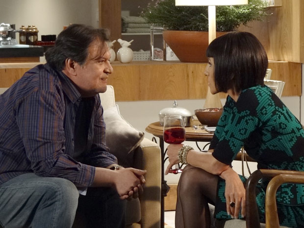 Durante conversa, Dimas deixa claro que ele e Melissa escodem um segredo (Foto: Amor Eterno Amor / TV Globo)