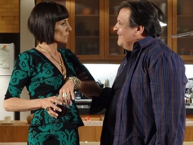 Melissa deixa Dimas irritado ao dizer que o marido é incompetente (Foto: Amor Eterno Amor / TV Globo)
