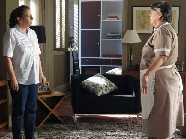 Teresa e Deolinda ficam desesperadas com sumiço de Carlos (Foto: Amor Eterno Amor / TV Globo)