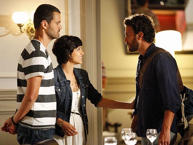 Fernando não gosta da repentina chegada de Carlos no hotel (Foto: Amor Eterno Amor/TV Globo)
