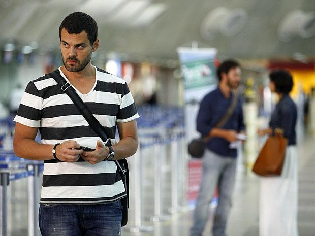 Fernando não esconde o incômodo com a ida de Carlos para o Rio (Foto: Amor Eterno Amor/TV Globo)