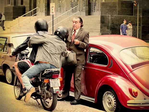 Desconfiado, Genésio sai com uma mochila cheia de papel picado e confirma suspeita de sua filha ao ser assaltado (Foto: Avenida Brasil/ TV Globo)