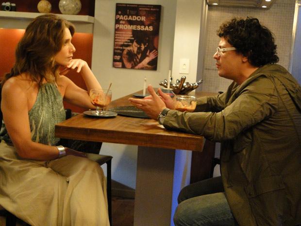 Sem rodeios, o cineasta pergunta se ela topa um relacionamento aberto (Foto: Malhação / TV Globo)