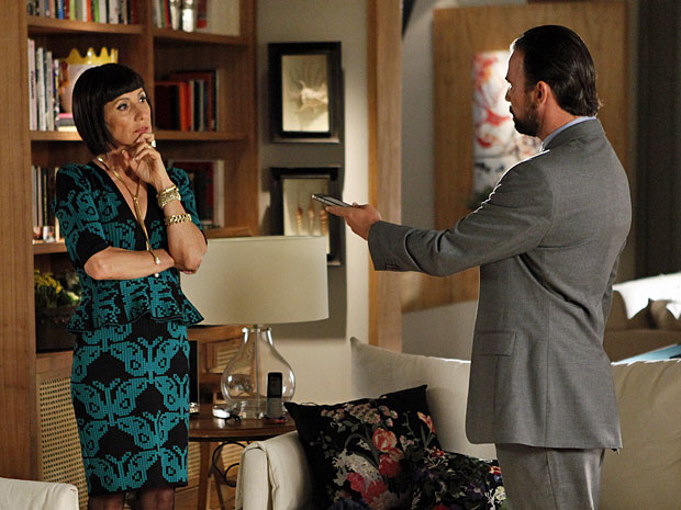 Kleber passa telefone para Melissa (Foto: Amor Eterno Amor/TV Globo)