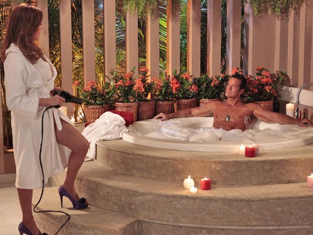 Tereza Cristina engana Ferdinand e lhe convence a tomar um banho de banheira (Foto: Fina Estampa/ TV Globo)