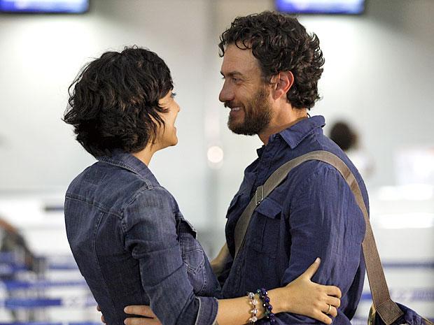 Miriam não esconde a alegria com a decisão de Carlos (Foto: Amor Eterno Amor/TV Globo)