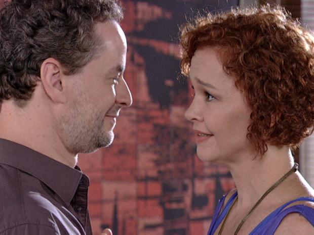 Paulo admite para Esther que errou e pede desculpas para a estilista (Foto: Fina Estampa/TV Globo)