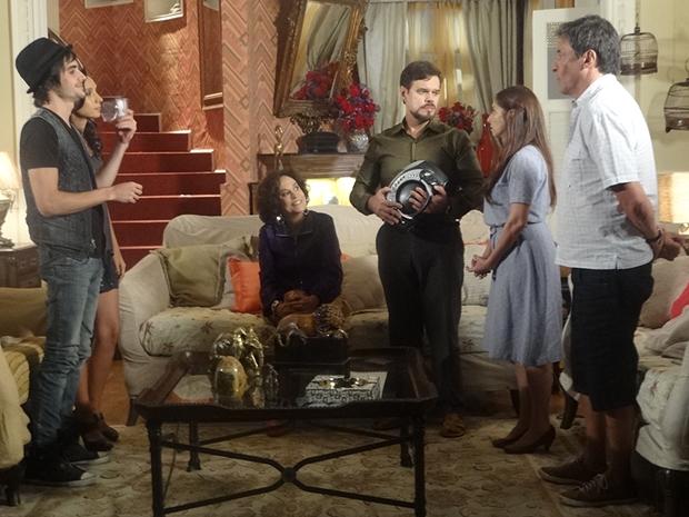 Felizardo avisa que todos vão fazer exame de DNA (Foto: Aquele Beijo/TV Globo)