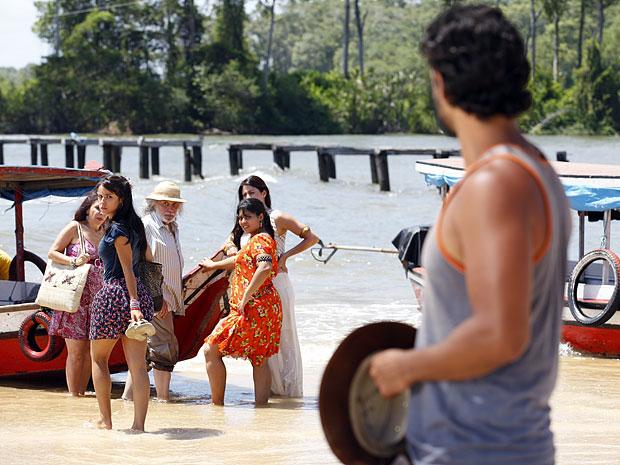 Valéria deixa Josué sozinho e embarca para o convento (Foto: Amor Eterno Amor/TV Globo)