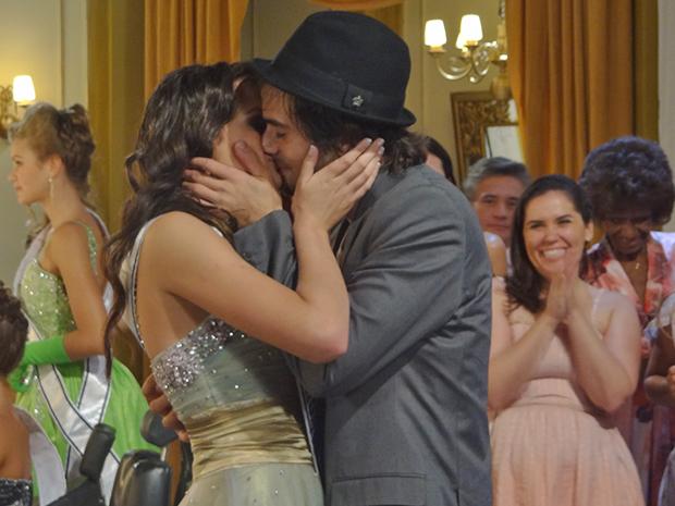 Costureiras da Shunel aplaudem beijo de Agenor e Belezinha  (Foto: Aquele Beijo/TV Globo)