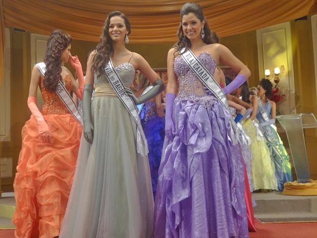 Graciosa e Belezinham disputam uma vaga na final do concurso (Foto: Aquele Beijo/TV Globo)