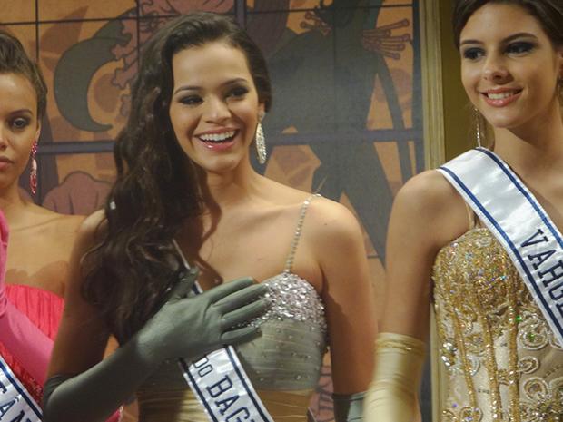Belezinha comemora sua classificação (Foto: Aquele Beijo/TV Globo)