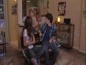 Gabriel pede ajuda das amigas e da avó para cuidar de Cristal (Foto: Malhação / Tv Globo)