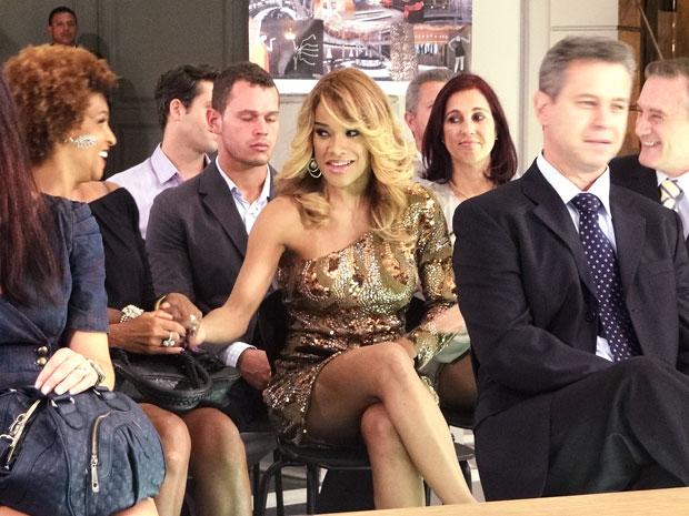 Grace Kelly comemora (Foto: Aquele Beijo/TV Globo)