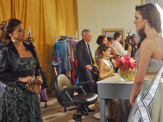 Íntima elogia Belezinha e diz que ela foi perfeita (Foto: Aquele Beijo/TV Globo)