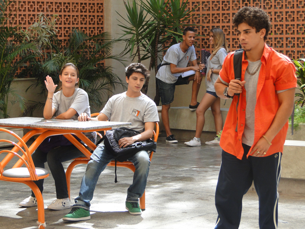 Jefferson escuta os alunos do Colégio Primeira Opção falando mal dele (Foto: Malhação / Tv Globo)