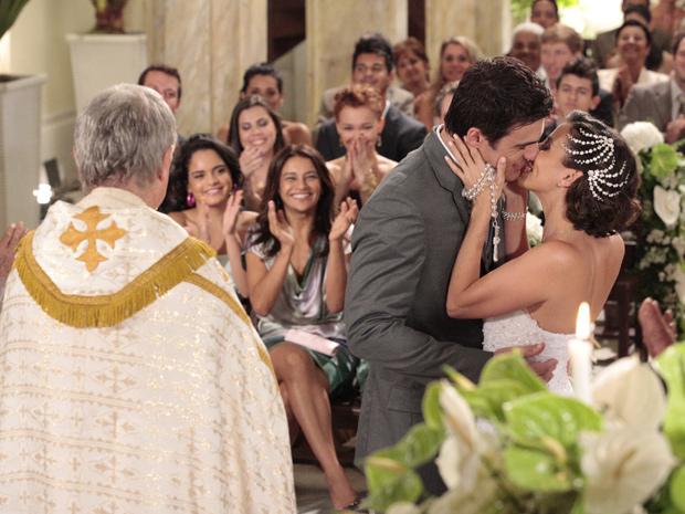 Juan e Letícia selam a união com um beijo apaixonado (Foto: Fina Estampa / TV Globo)