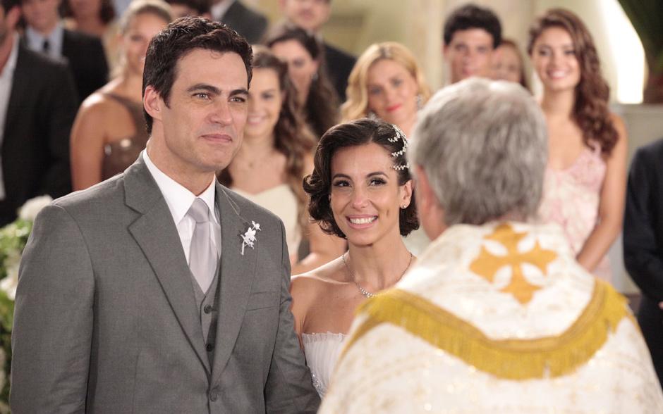 Os noivos ficam diante do padre