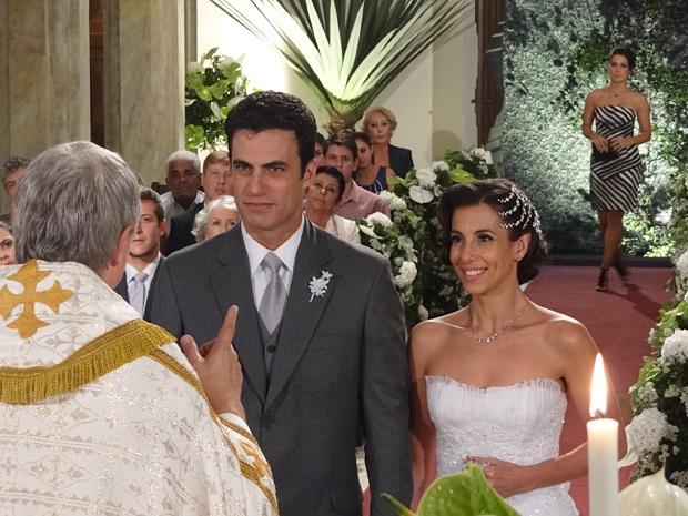 Zuleika chega de surpresa e interrompe a cerimônia (Foto: Fina Estampa / TV Globo)
