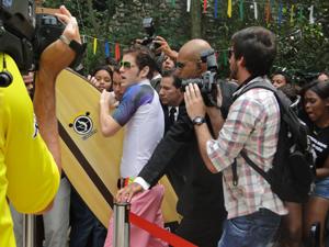 Kiko chega à coletiva de imprensa atrasadíssimo (Foto: Malhação / Tv Globo)