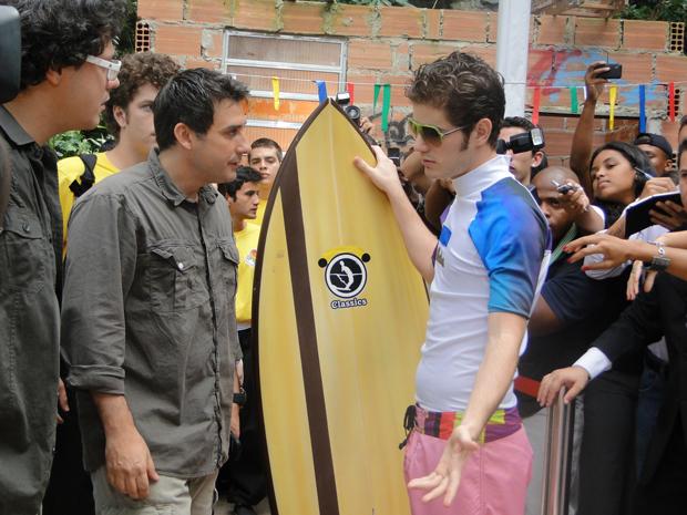 Bertoni dá uma bronca em Kiko, que culpa a produção pelo atraso (Foto: Malhação / Tv Globo)