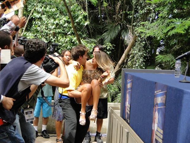 Maria cai do palcos direto para os braços de Betão  (Foto: Malhação / Tv Globo)