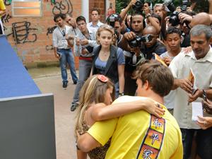 Babi chega na hora e flagra Maria nos braços de Betão (Foto: Malhação / Tv Globo)