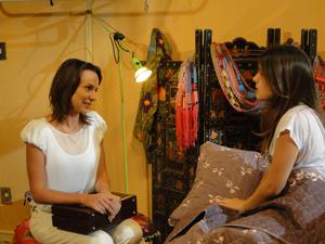 A médica conversa com Cristal e diz que vai ter que examiná-la (Foto: Malhação / Tv Globo)