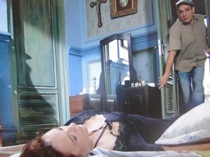 Tibério encontra Olga desmaiada em seu quarto (Foto: Aquele Beijo/TV Globo)