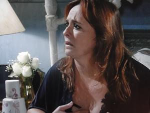 Olga assusta ao ver Estela fugindo do país (Foto: Aquele Beijo/TV Globo)