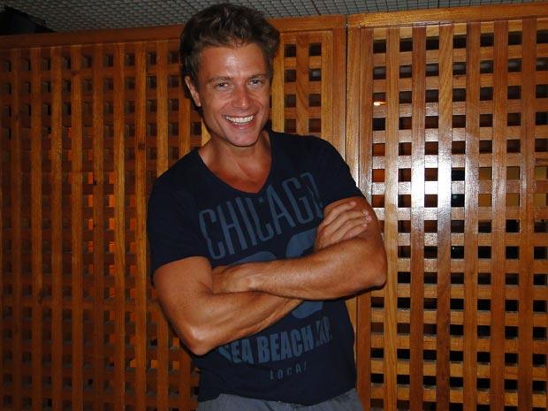Pablo está empolgado com o mulherengo Alejandro (Foto: TV Globo / Cheias de Charme)
