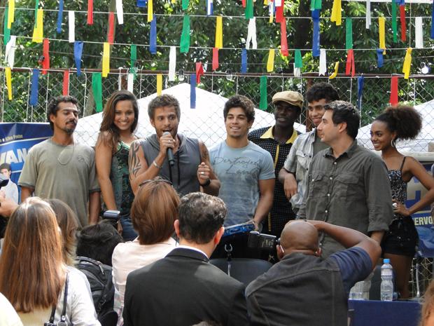 O grupo sobe ao palco e começa o show! (Foto: Malhação / Tv Globo)