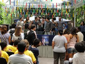 Moisés chama os Pagodeiros dos Anjos para o palco (Foto: Malhação / Tv Globo)