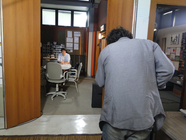 Fabiano posiciona a câmera para fazer o teste de vídeo de Gabriel (Foto: Malhação / Tv Globo)