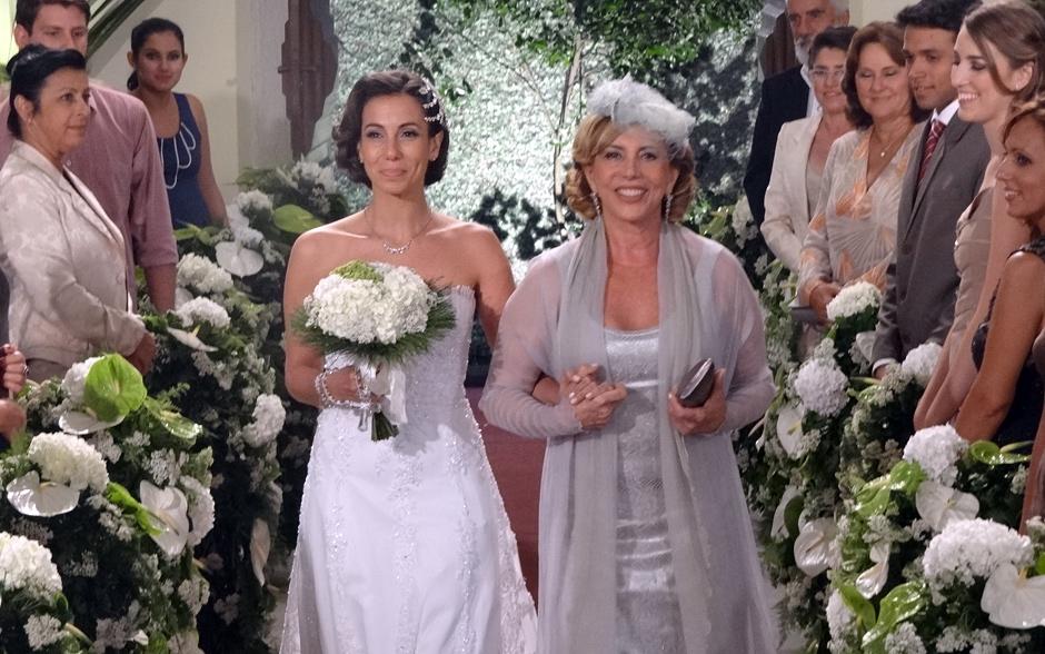 Emocionada, Letícia entra na igreja ao lado da mãe, Vilma