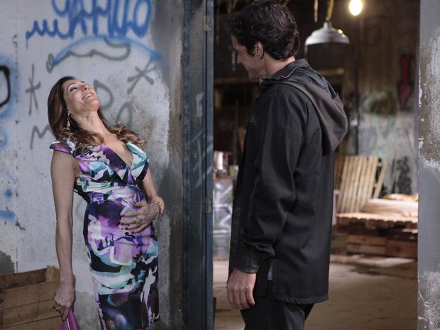 Tereza Cristina se diverte ao fazer proposta a Ferdinand (Foto: Fina Estampa / TV Globo)