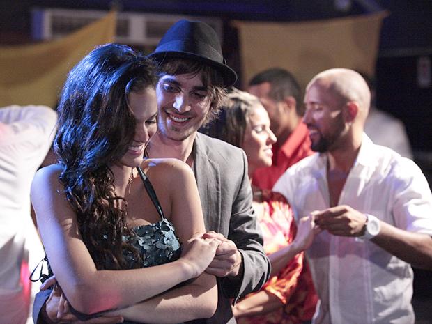 Agenor leva Belezinha para dançar salsa (Foto: Aquele Beijo/TV Globo)