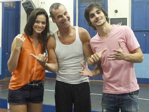 Carlinhos de Jesus elogia os alunos Bruna e Fiuk (Foto: Aquele Beijo/TV Globo)
