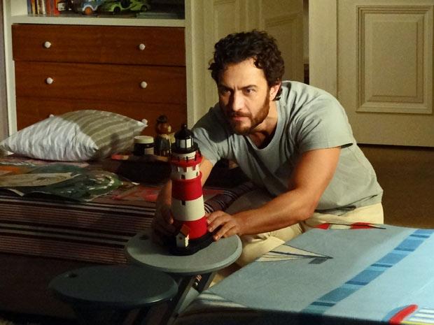 Carlos fica intrigado com farol de brinquedo, muito parecido com o de seus sonhos (Foto: Amor Eterno Amor/TV Globo)