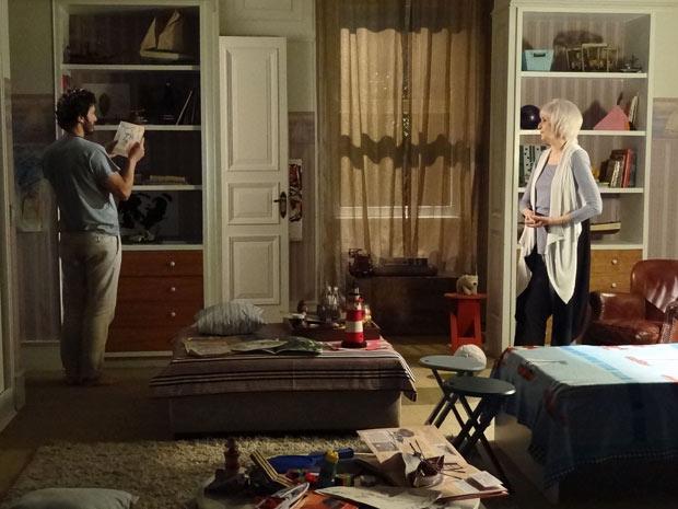 Verbena mostra o quarto intacto para Carlos (Foto: Amor Eterno Amor/TV Globo)