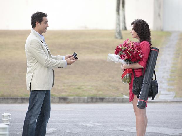 Vicente pede Claudia em casamento  (Foto: Aquele Beijo/TV Globo)